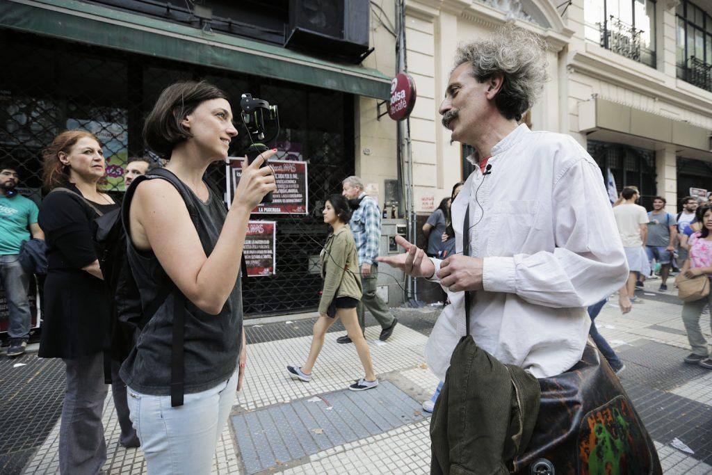 Entrevistando a un manifestante en la marcha del Día de la Memoria en Buenos Aires.